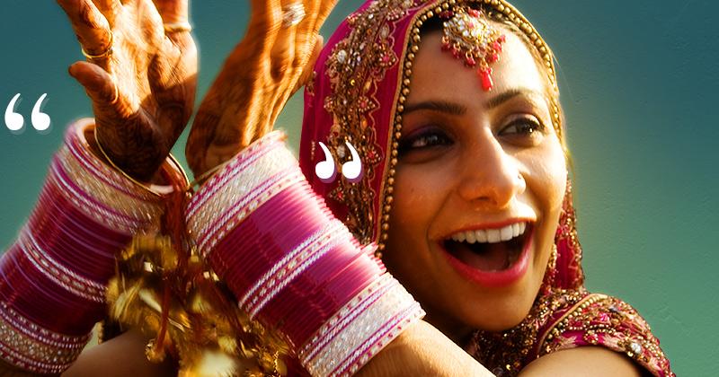 una giovane sposa indiana suona i numerosi bracciali bianchi e rossi che ha al polso