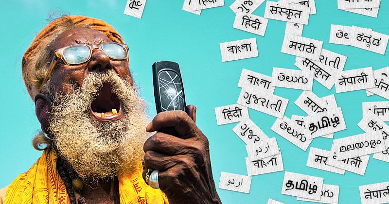 Un anziano indiano urla al cellulare e sullo sfondo piovono pezzi di carta con scritte in diverse lingue