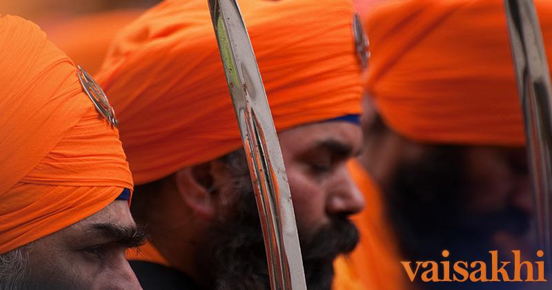 sikh in turbante arancione con spada
