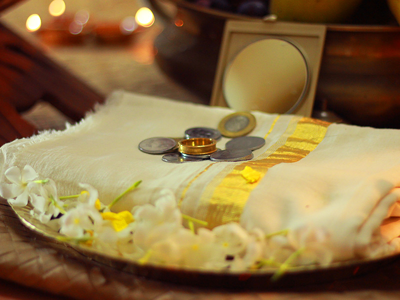 Stoffa, monete, oro e specchio per vishukkani