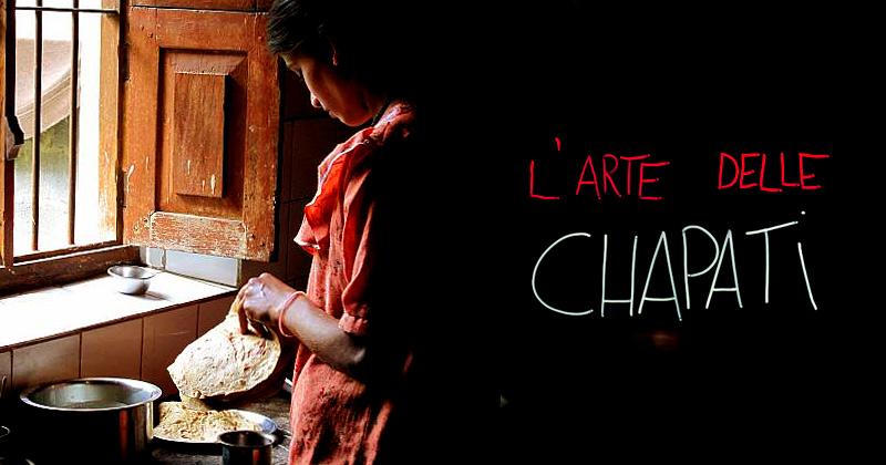 Una donna preapara le chapati davanti a una finestra aperta