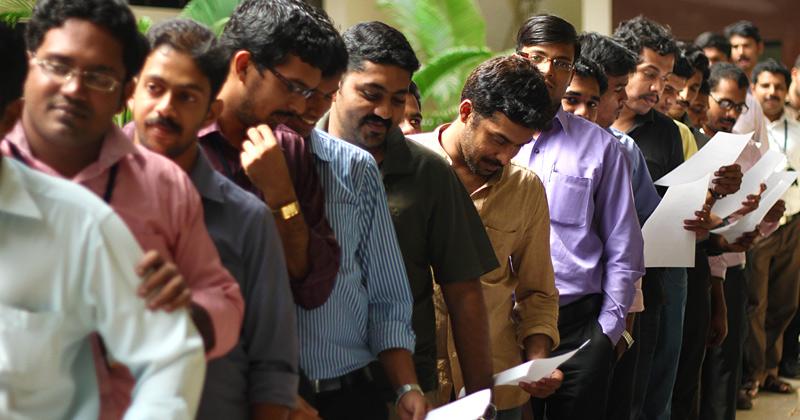 una fila di giovani indiani in attesa